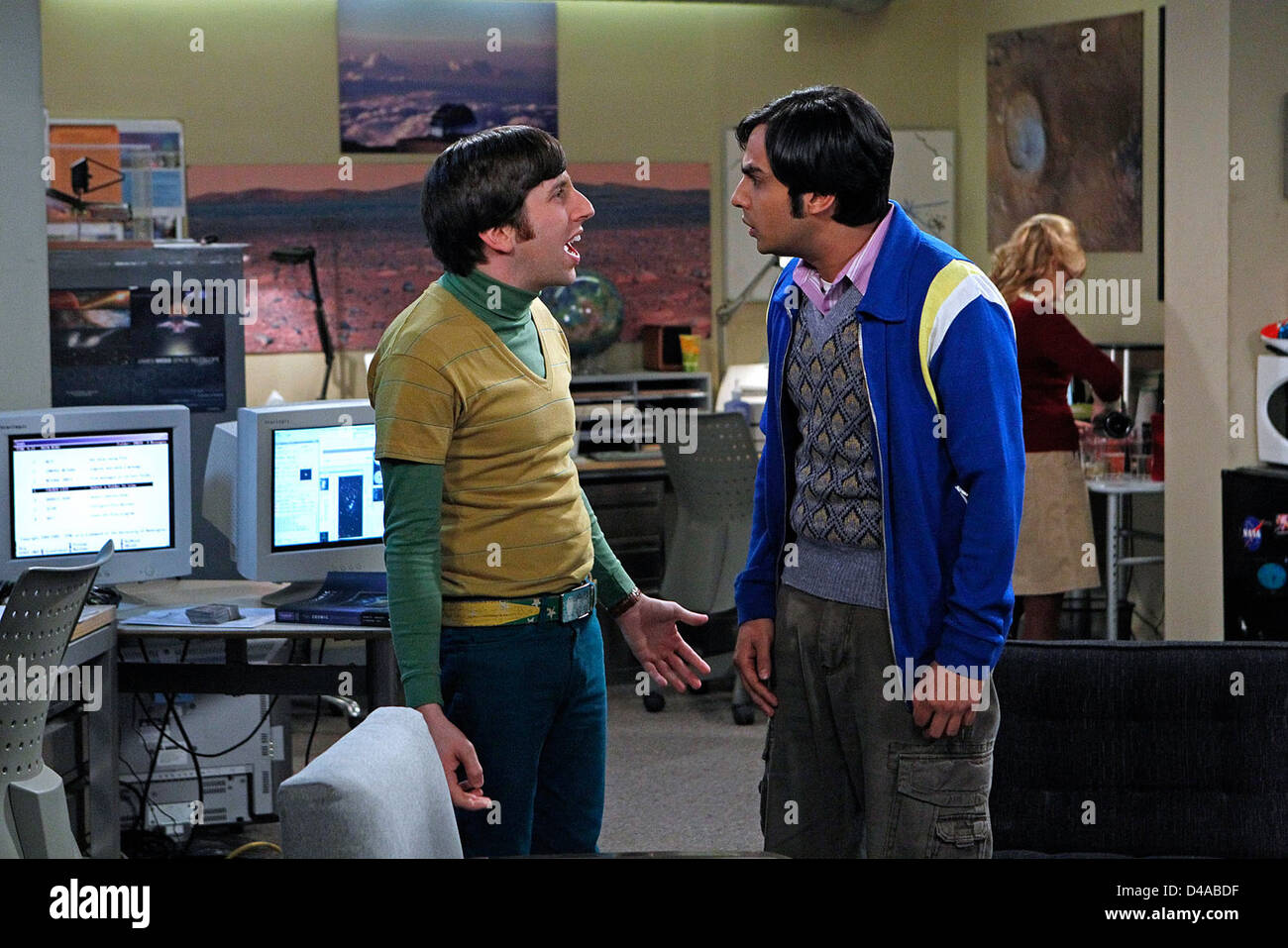 The Boyfriend Complexity -- Penny asks Leonard to lie to her father, while Howard (Simon Helberg, left), Raj (Kunal - Stock Image