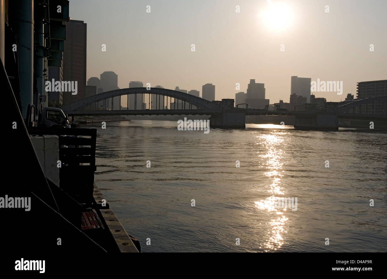Early morning sunrise over the Sumidagawa (Sumida River) in the heart of downtown Tokyo. - Stock Image