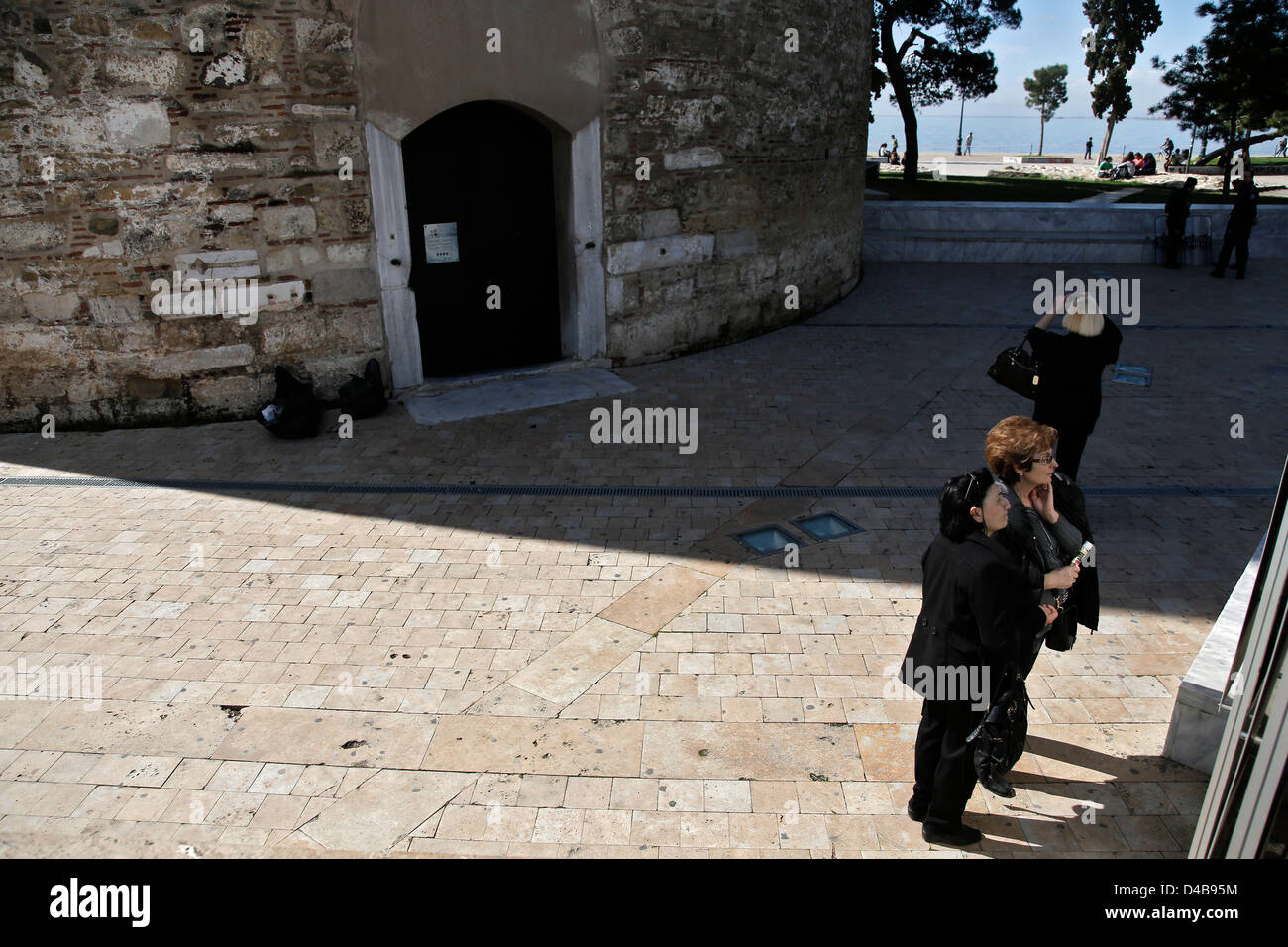 Thessaloniki, Greece. 11th March, 2013. Tourist outside of the closed White Tower, city's landmark in the northern - Stock Image