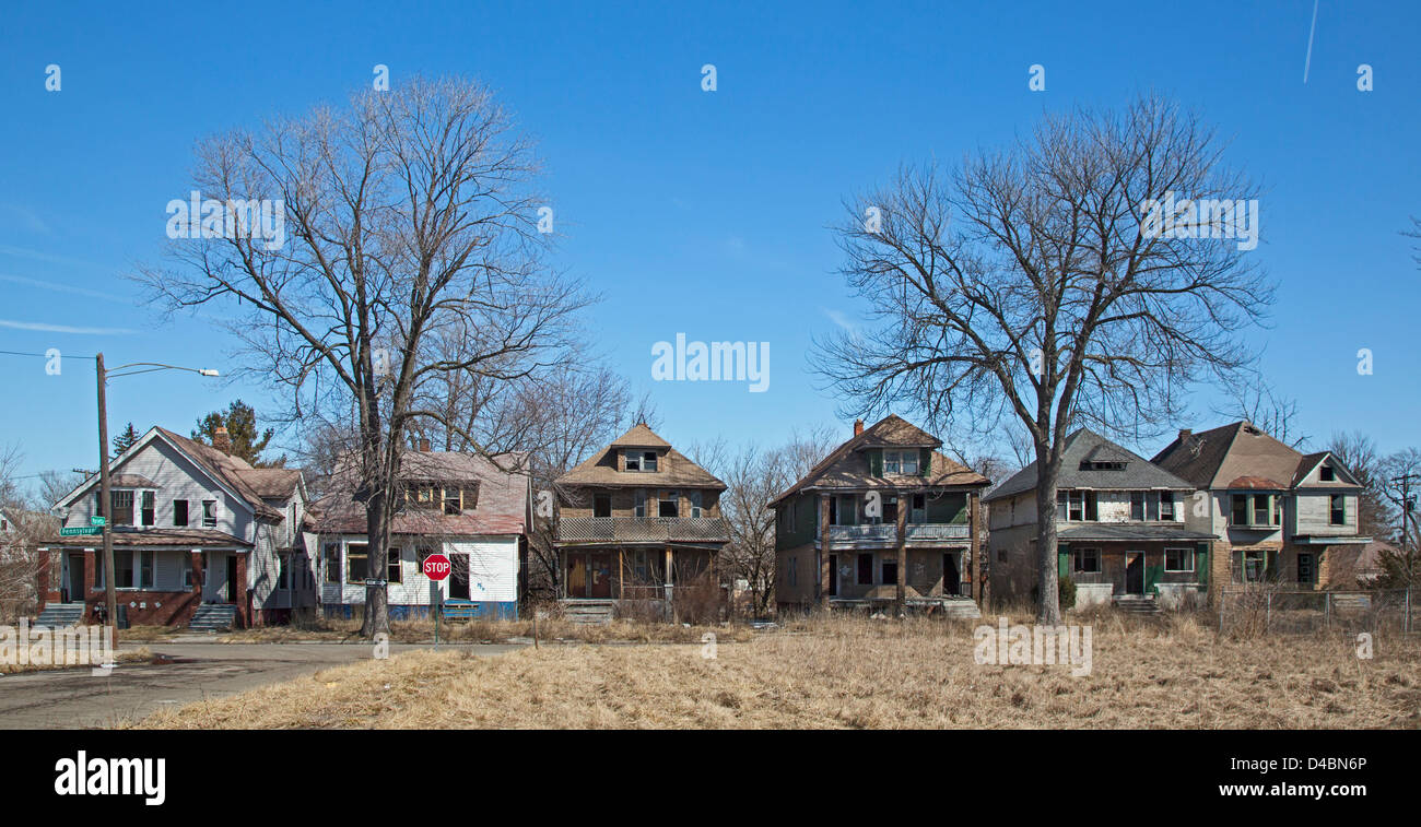 Detroit, Michigan - Six side-by-side abandoned and vandalized homes on Pennsylvania Avenue. - Stock Image