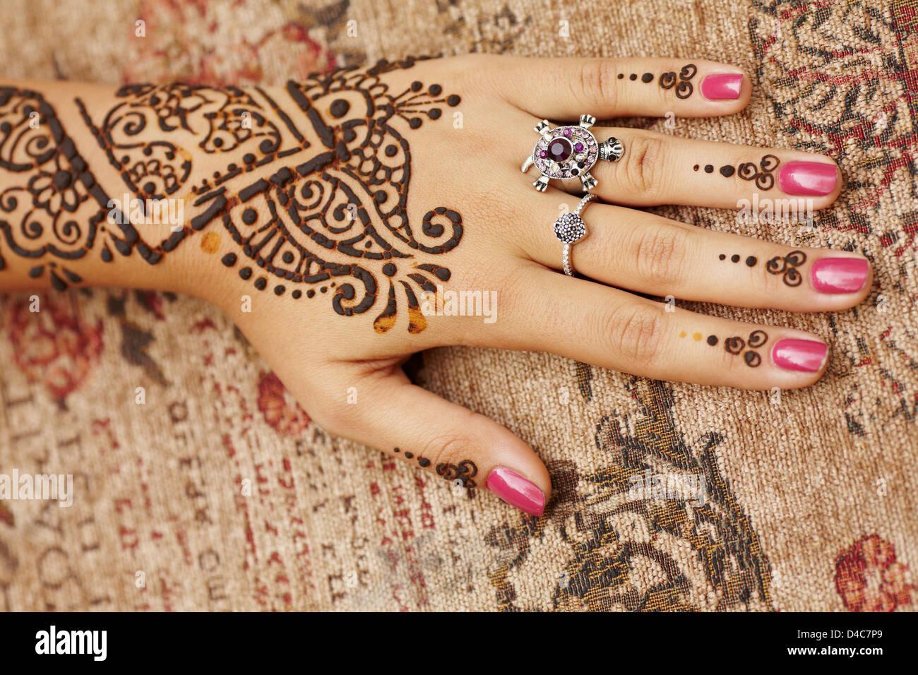 Henna art on woman's hand - Stock Image