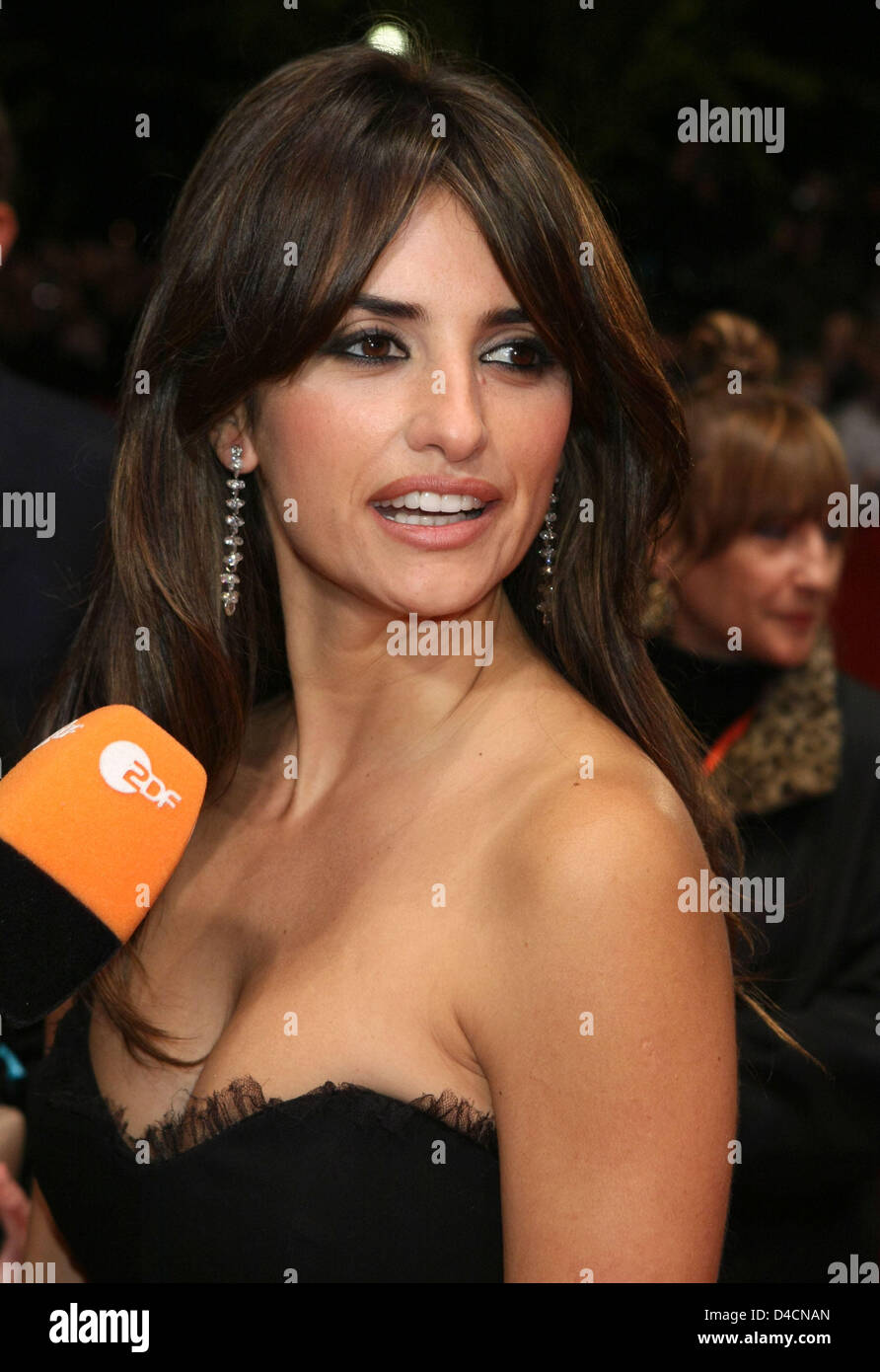Spanish actress Penelope Cruz gives an interview as she arrives for the premiere of her film 'Elegy' at - Stock Image
