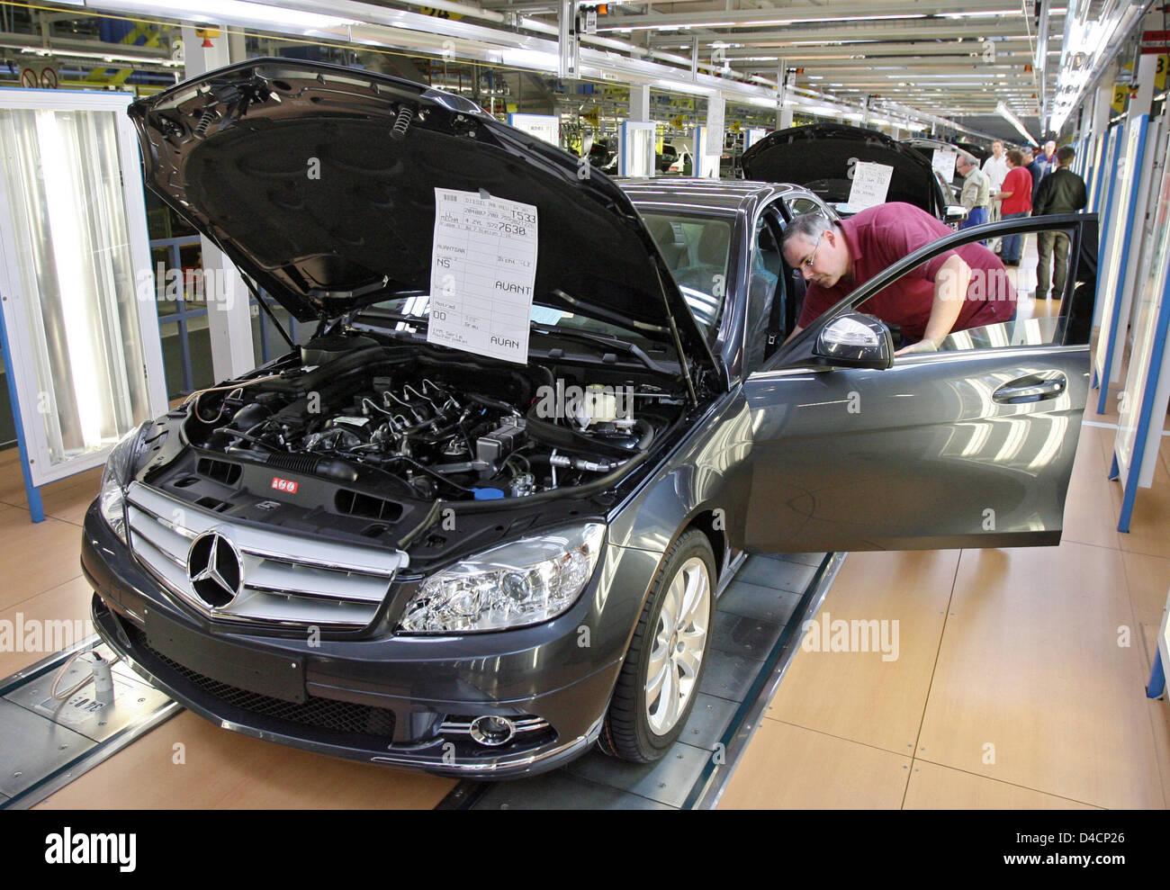 Employees of daimler assemble mercedes benz c class cars for Mercedes benz of buckhead staff