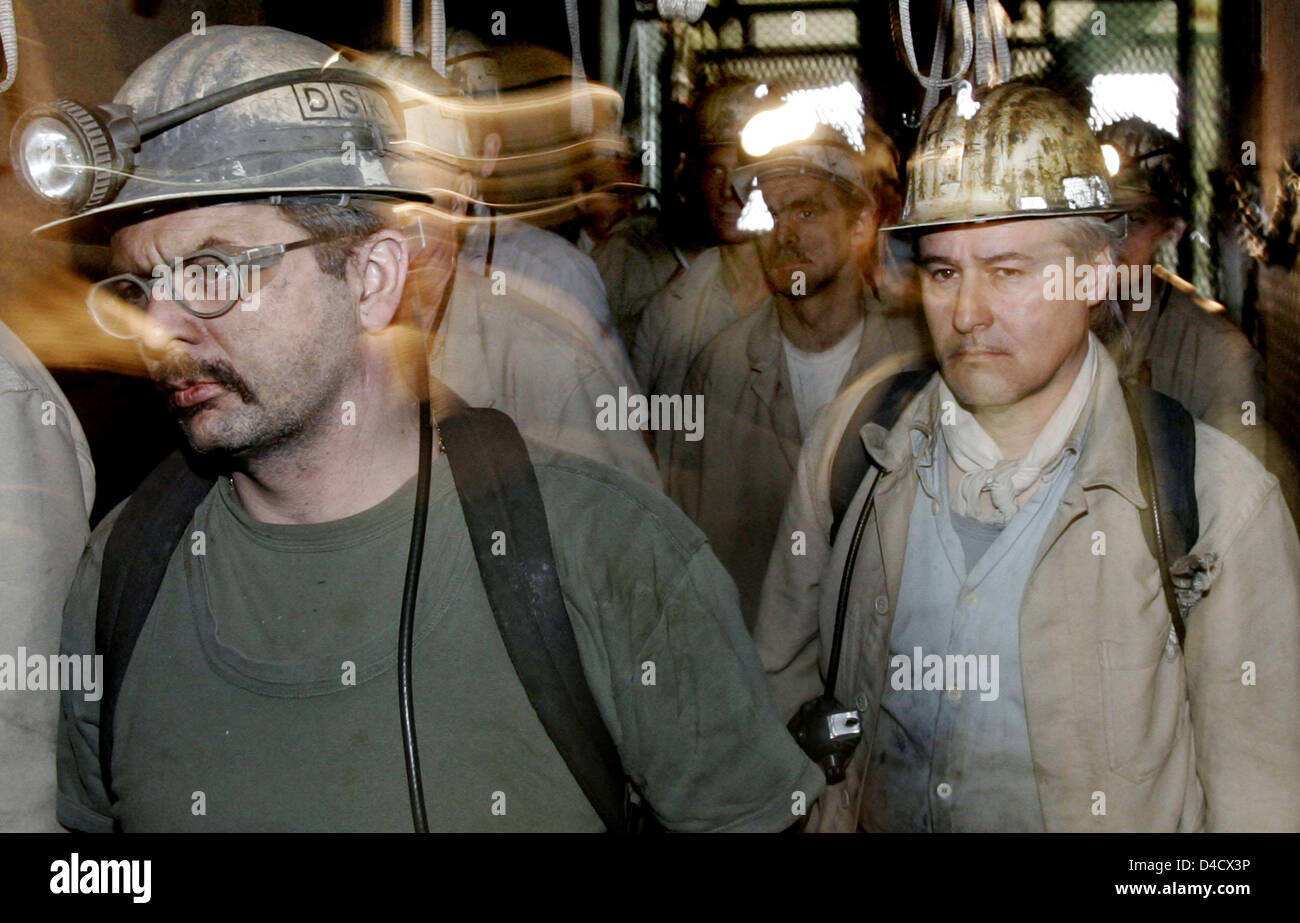Miners of 'RAG Deutsche Steinkohle' mining company step out of the skip at coal mine 'Steinkohlebergwerk Saar Anlage Nordschacht' near Lebach, Germany, 26 February 2008. A mining related earthquake reaching 4,0 on the 'Richter' scale shook the Saar region on 23 February 2008. Some 3600 miners are on leave and will be sent on short-time work within the next days. Photo: FRANK MAY Stock Photo