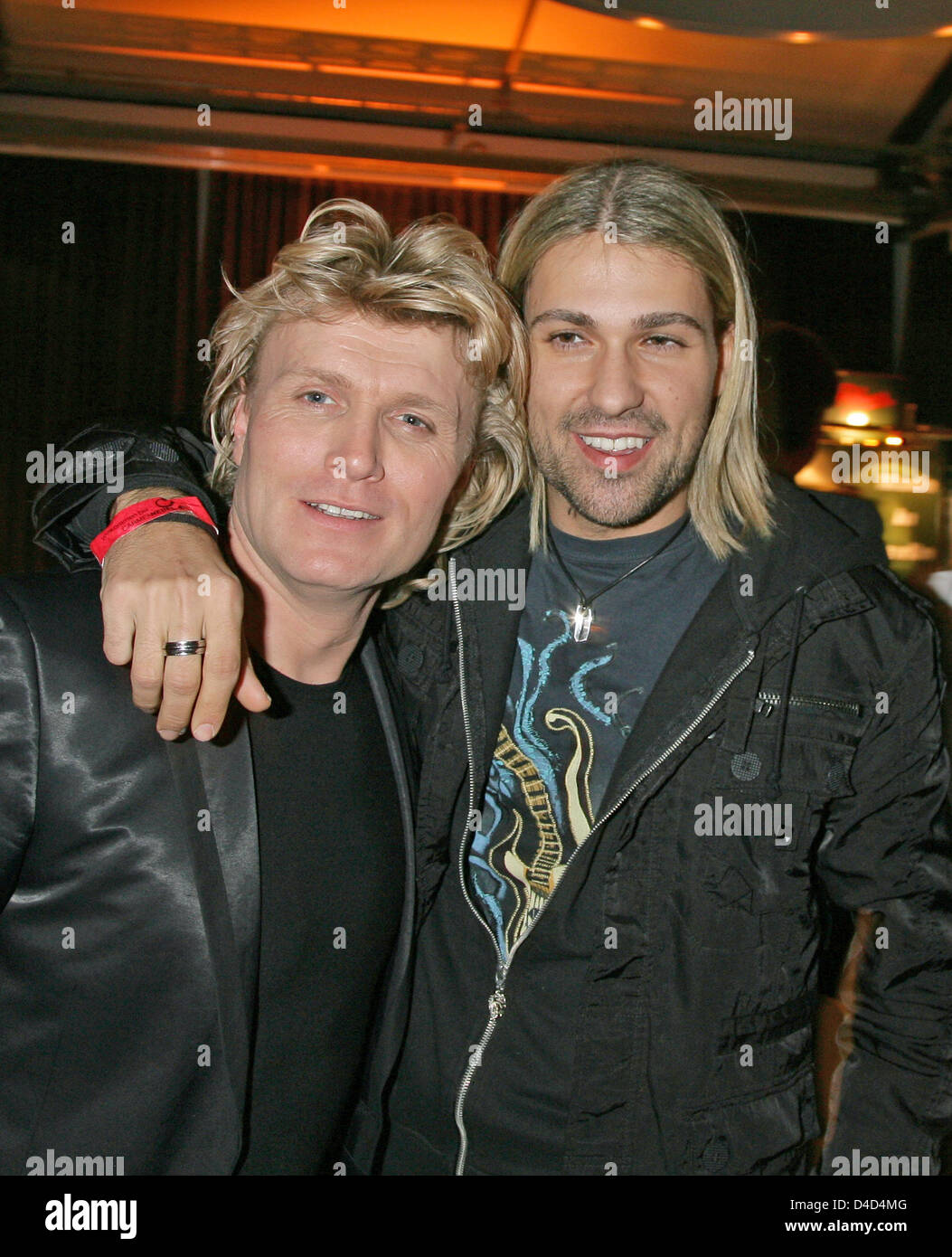 Dutch magician Hans Klok (L) and German violinist david Garrett are pictured at the after show party of live tv show 'Willkommen bei Carmen Nebel!', in Berlin, Germany, 15 March 2008. Photo: Jens Kalaene Stock Photo