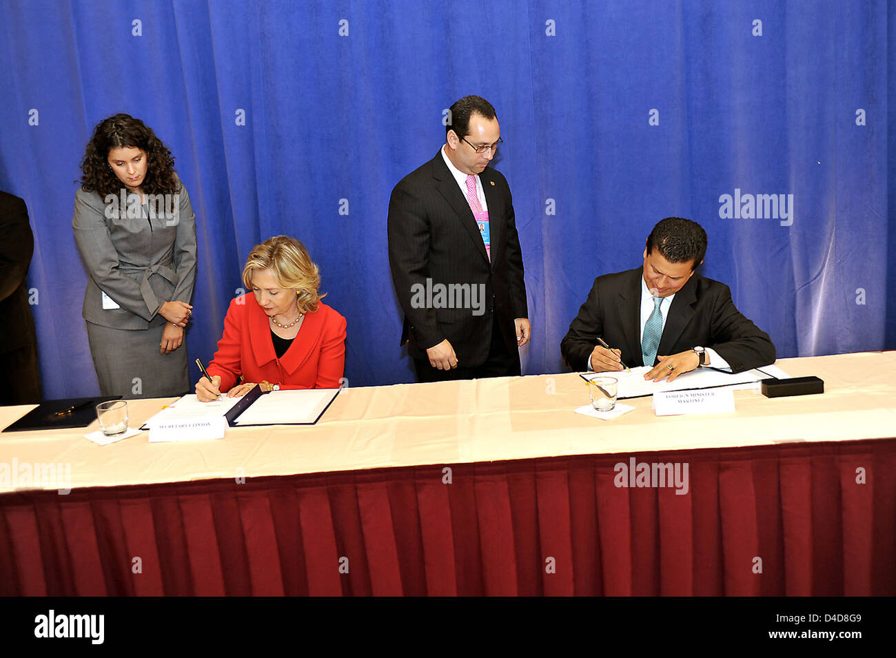 Secretary Clinton and Salvadoran Prime Minister Martinez Sign a Memorandum of Understanding - Stock Image