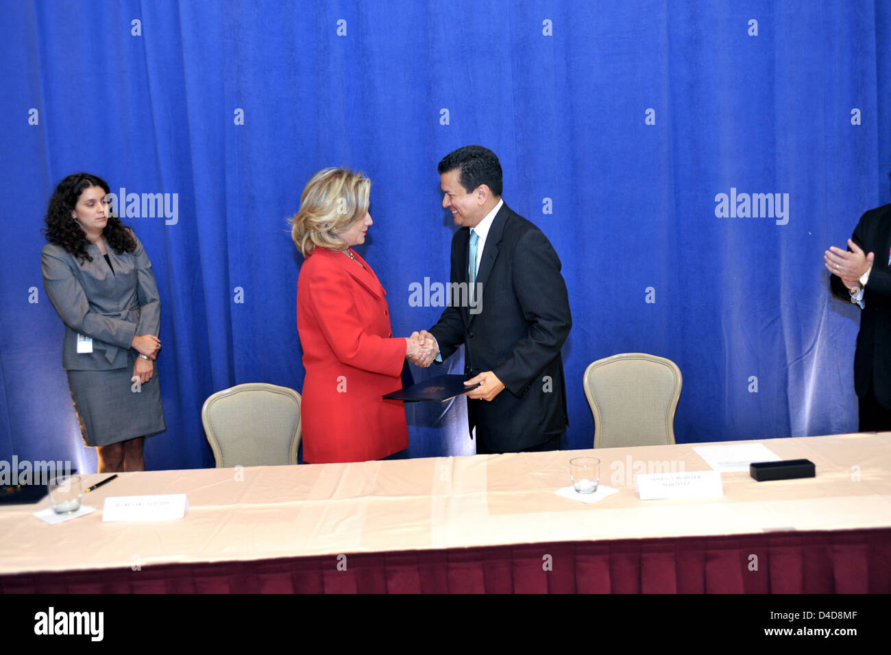 Secretary Clinton Shakes Hands With Salvadoran Prime Minister Martinez - Stock Image