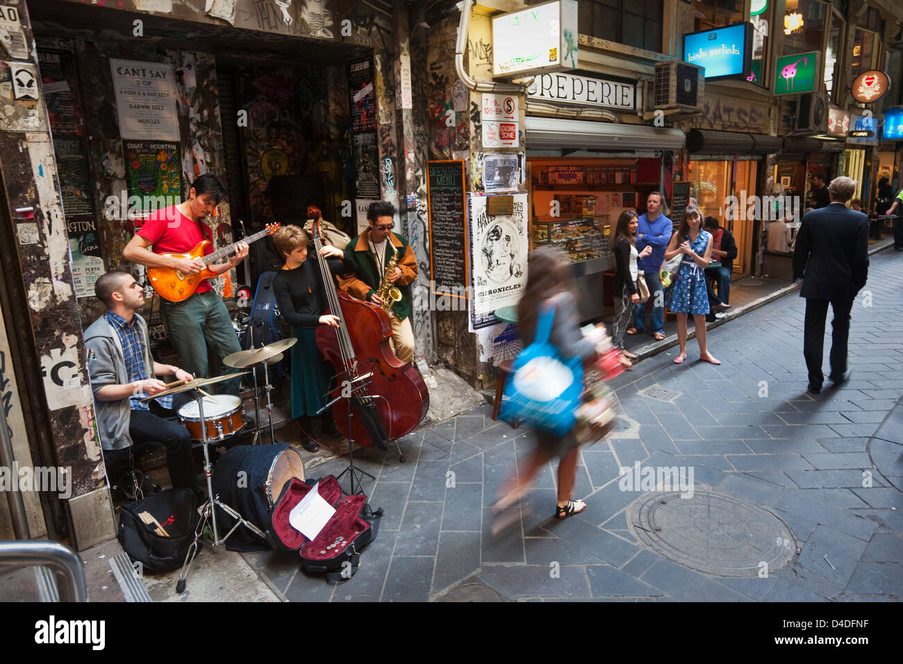 Buskers playing next to laneway cafes at Centre Place. Melbourne, Victoria, Australia - Stock Image