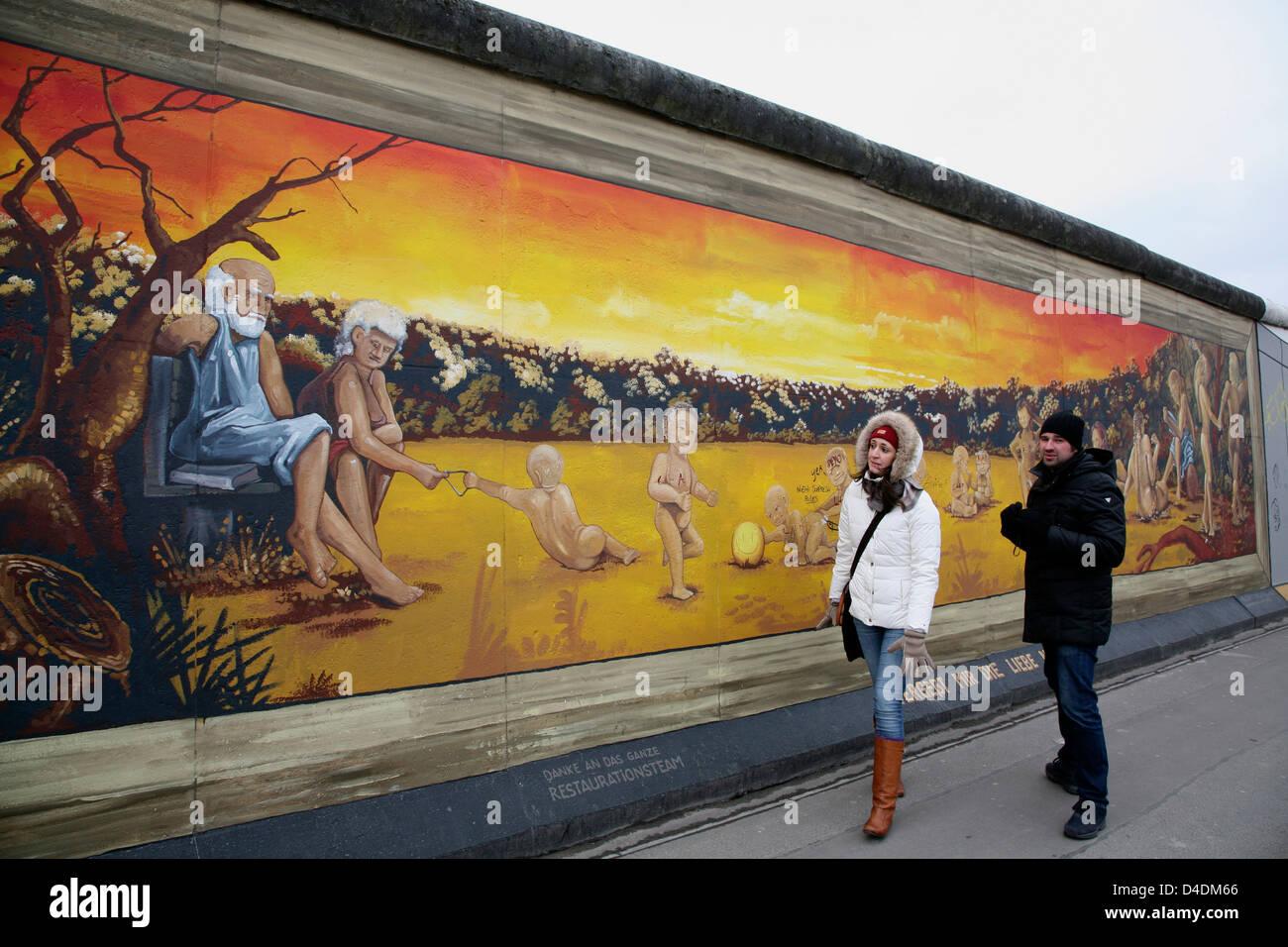 DEUTSCHLAND, Berlin, Touristen an der East-Side-Gallery, Malerei von Henry Schmidt - Stock Image