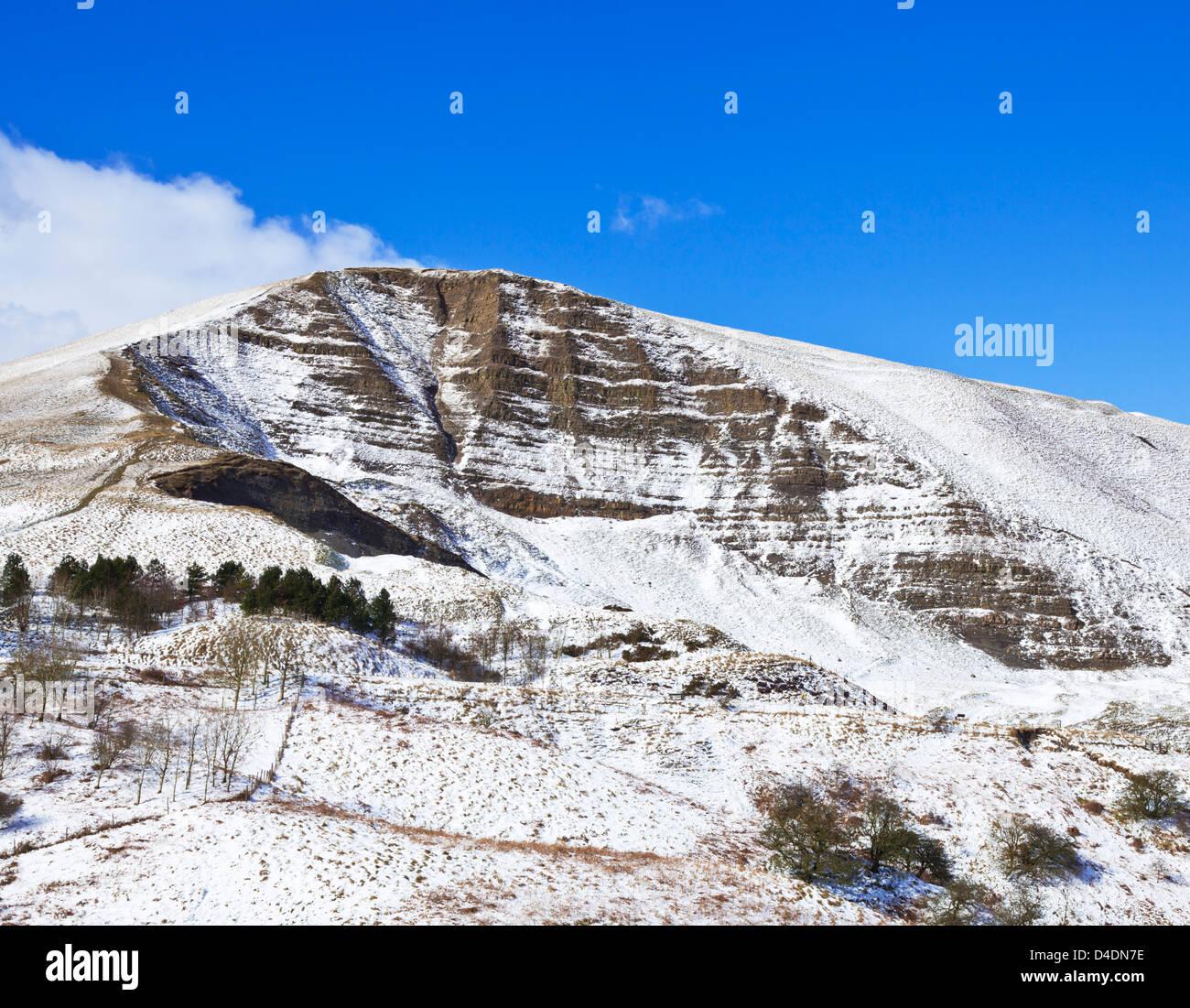 Mam tor ridge (great ridge) covered in snow Derbyshire Peak district park Hope Valley England UK GB EU Europe - Stock Image