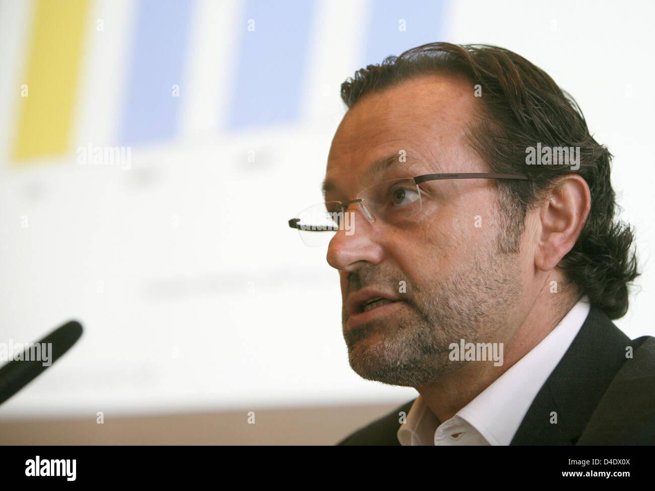 Richard J. Vogel, managing director of TUI Cruises Ltd., speaks at a press conference in Hamburg, Germany, 29 April - Stock Image