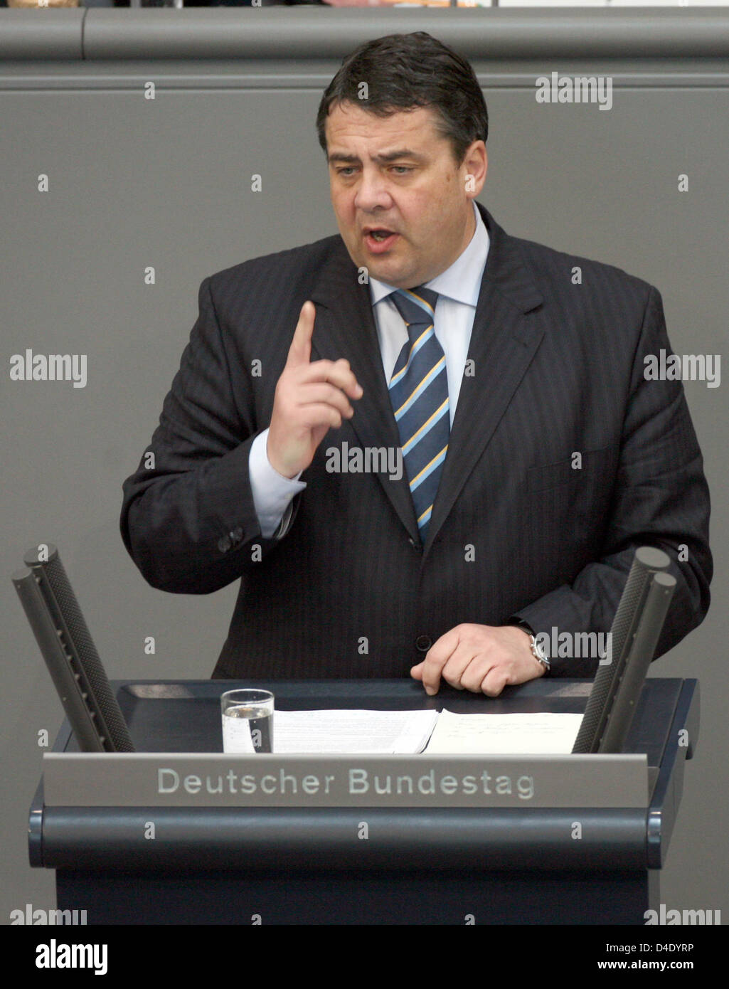 German Environment Minister Sigmar Gabriel delivers a speech at the Bundestag in Berlin, Germany, 08 May 2008. The Bundestag debates on the extinction of vital plant and animal species in view of the nature protection conference to be held mid-month in Bonn. Photo: RAINER JENSEN Stock Photo