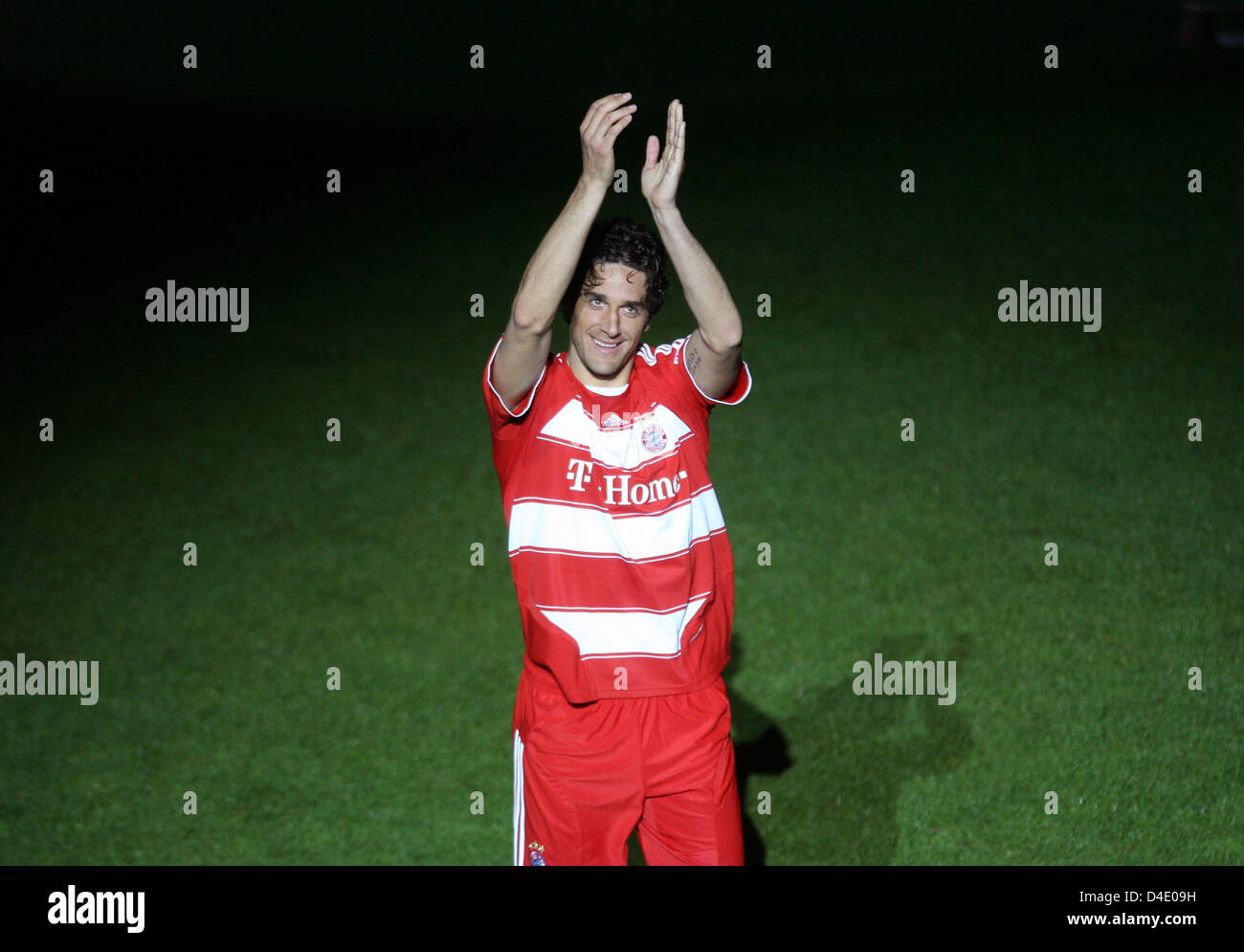 Munich's striker Luca Toni cheers to the fans after the German Bundesliga match FC Bayern Munich v Arminia Bielefeld - Stock Image