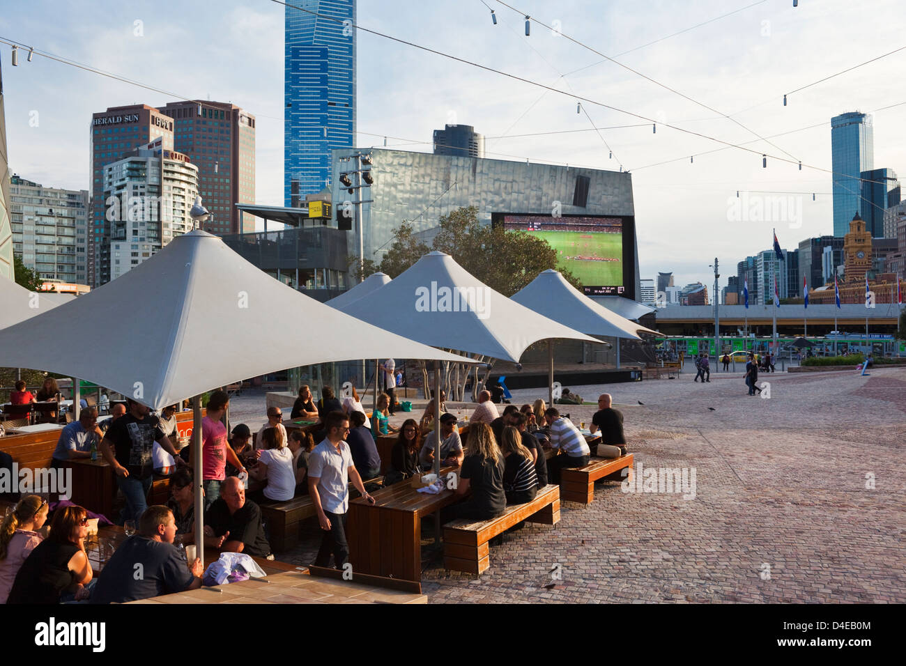 People relaxing at cafe bar in Federation Sqaure. Melbourne, Victoria, Australia - Stock Image