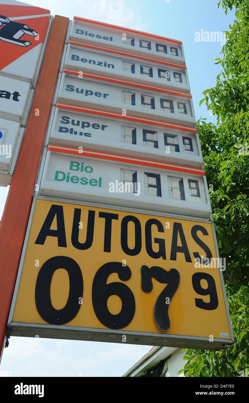 Germqny Gas Price People Abandonned Car