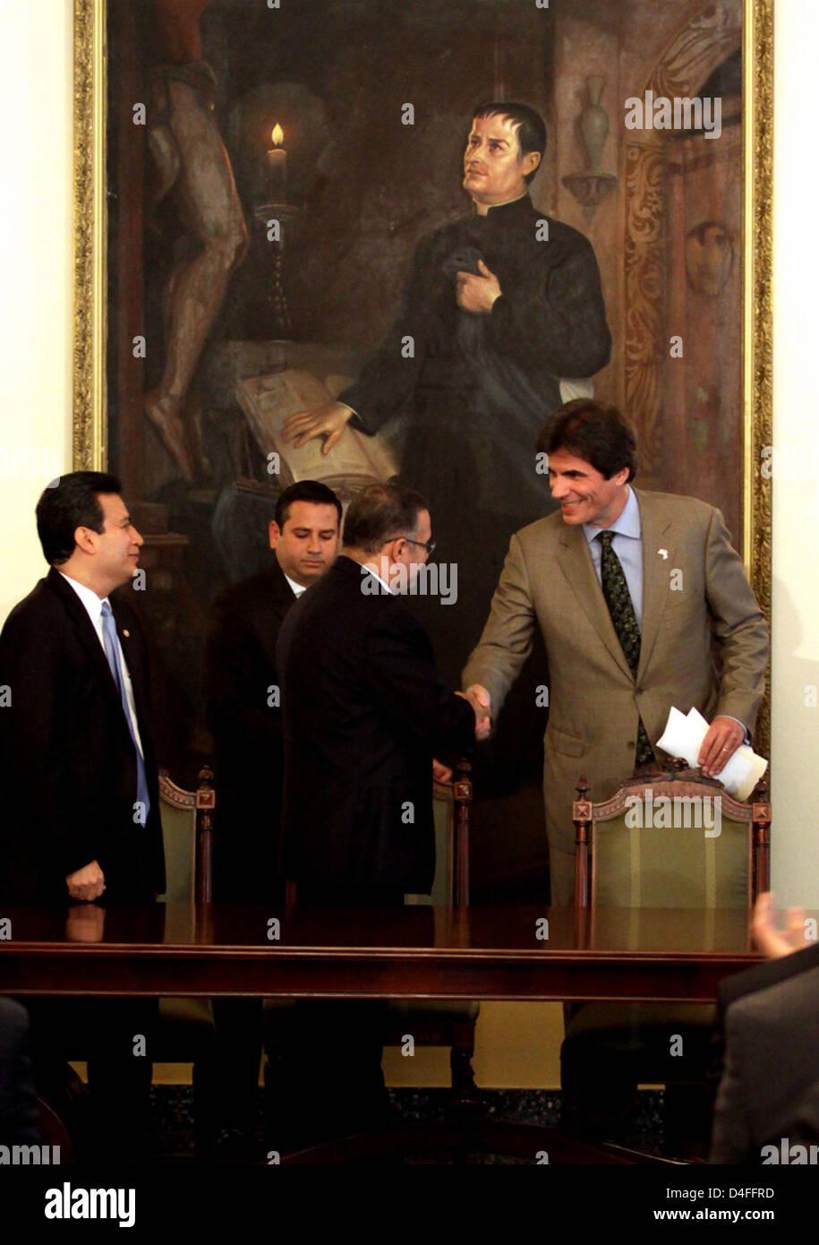 Assistant Secretary Fernandez Shakes Hands With Salvadoran President Funes - Stock Image