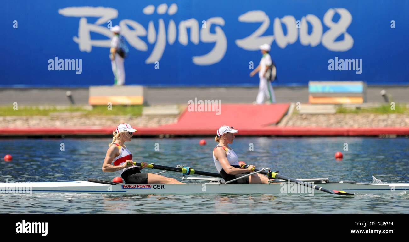 Lenka Wech (L) from Saarbruecken and Maren Derlien from Hamburg are pictured during a practice session on the rowing - Stock Image