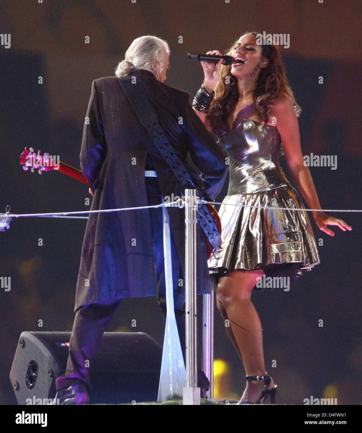 Jimmy Page (L) and Leona Lewis perform during the Handover Ceremony for London 2012 Olympic Games during the Closing - Stock Image
