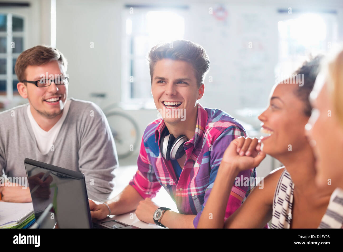 Friends talking at desk - Stock Image