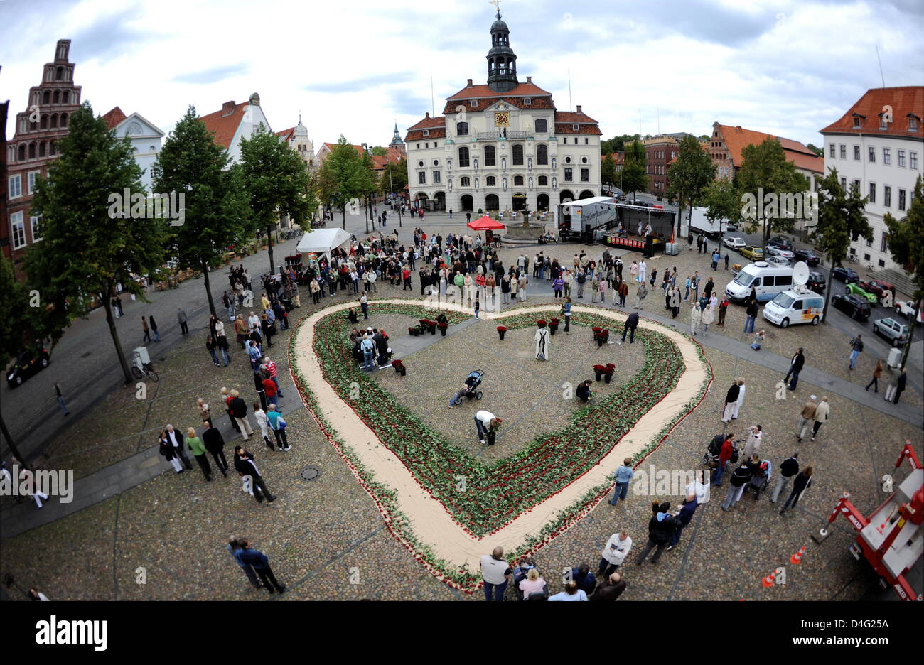 Locals form a giant heart of roses at the 'International Day of Love' in Lueneburg, Germany, 14 September - Stock Image