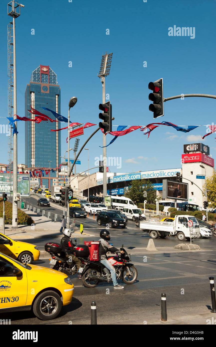 Türkei, Istanbul, Besiktas, vor dem Besiktas Inönü Stadion. Im Hintergrund das Hotel The Ritz-Carlton - Stock Image