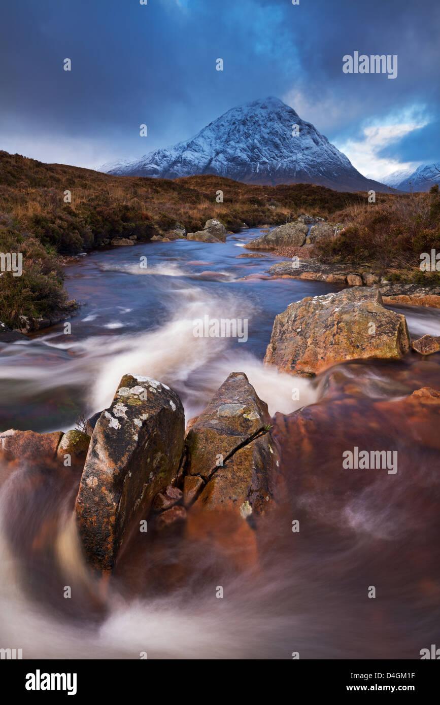Highland stream running through Rannoch Moor towards Buachaille Etive Mor mountain, Scotland. Autumn (November) - Stock Image