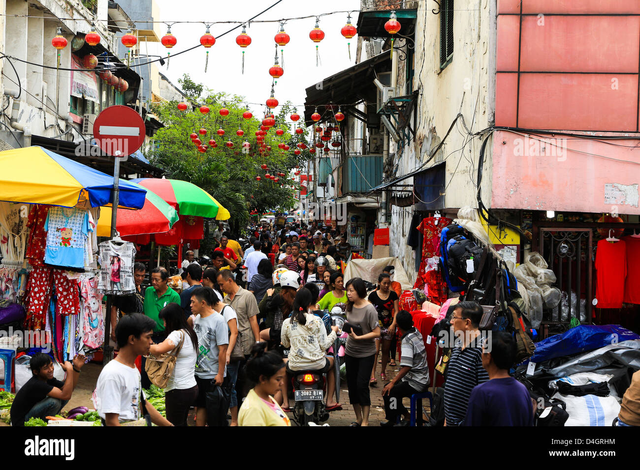 Busy street in Glodok, Jakarta's chinatown - Stock Image