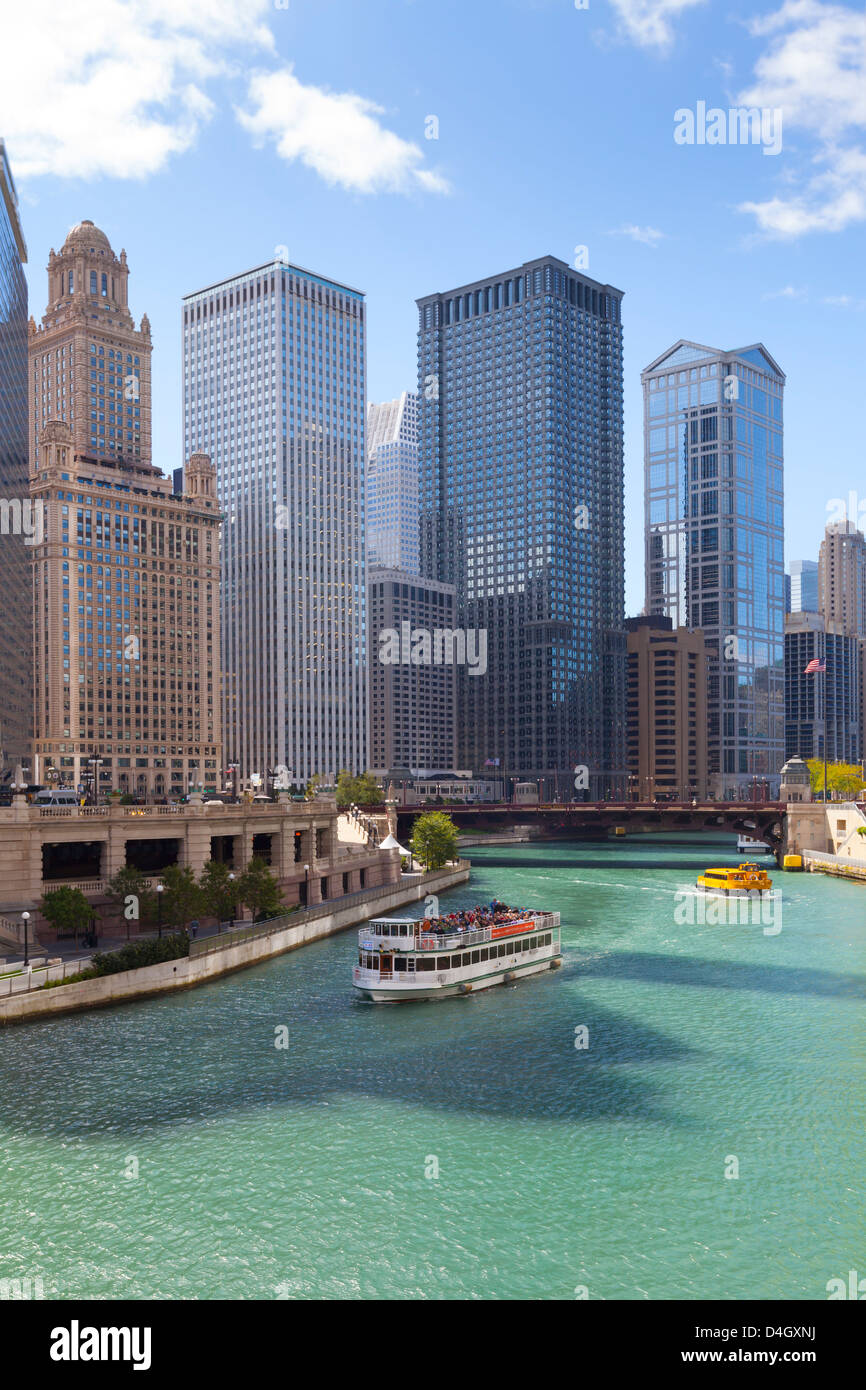 Tourist boat on the Chicago River with glass towers behind on West Wacker Drive, Chicago, Illinois, USA - Stock Image