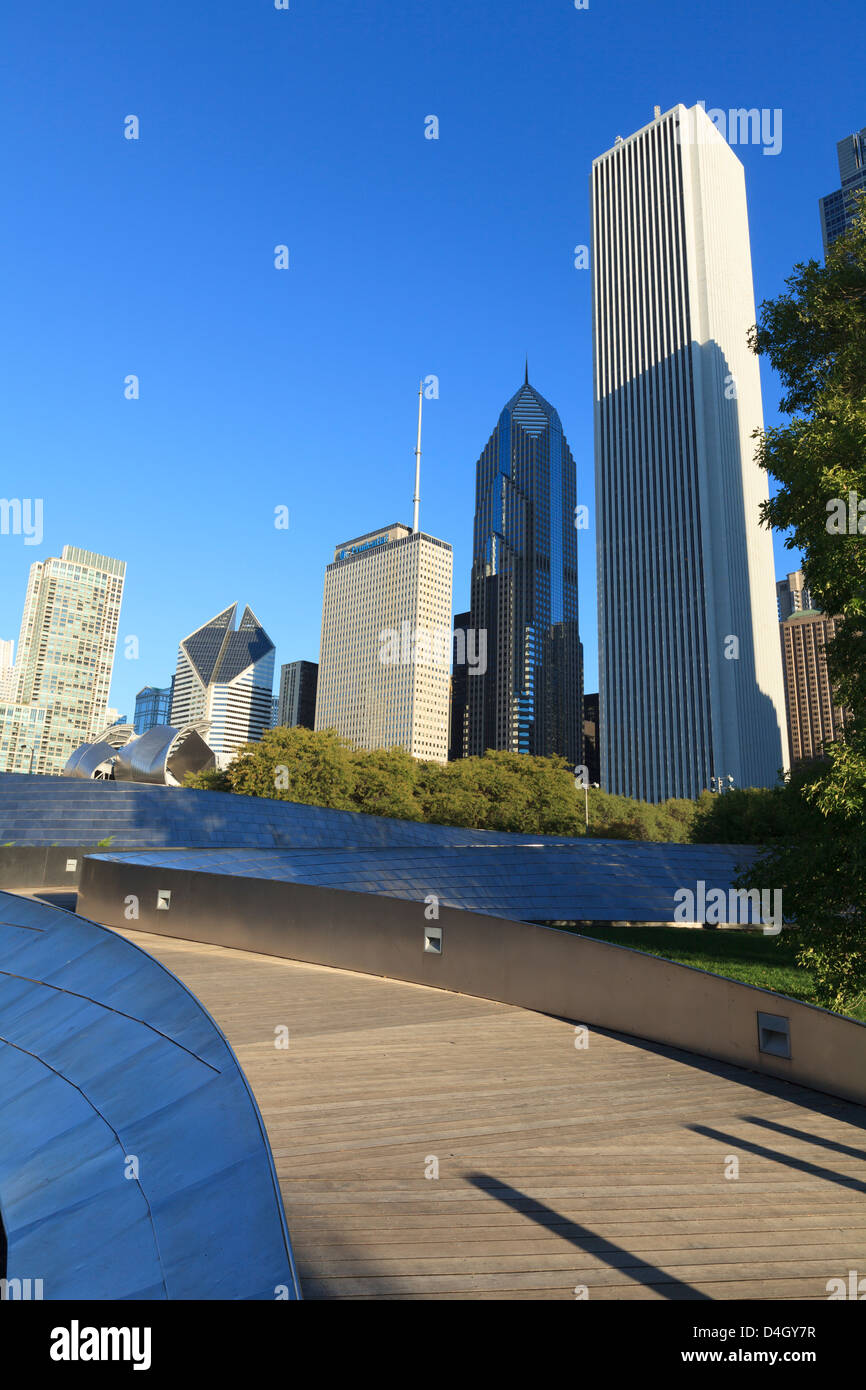 The BP Pedestrian Bridge designed by Frank Gehry links Grant Park and Millennium Park, Chicago, Illinois, USA - Stock Image