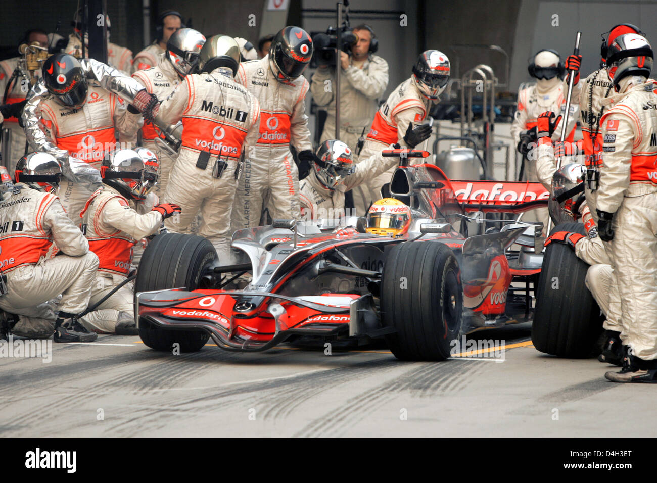 f1 pit crew stock photos f1 pit crew stock images alamy. Black Bedroom Furniture Sets. Home Design Ideas