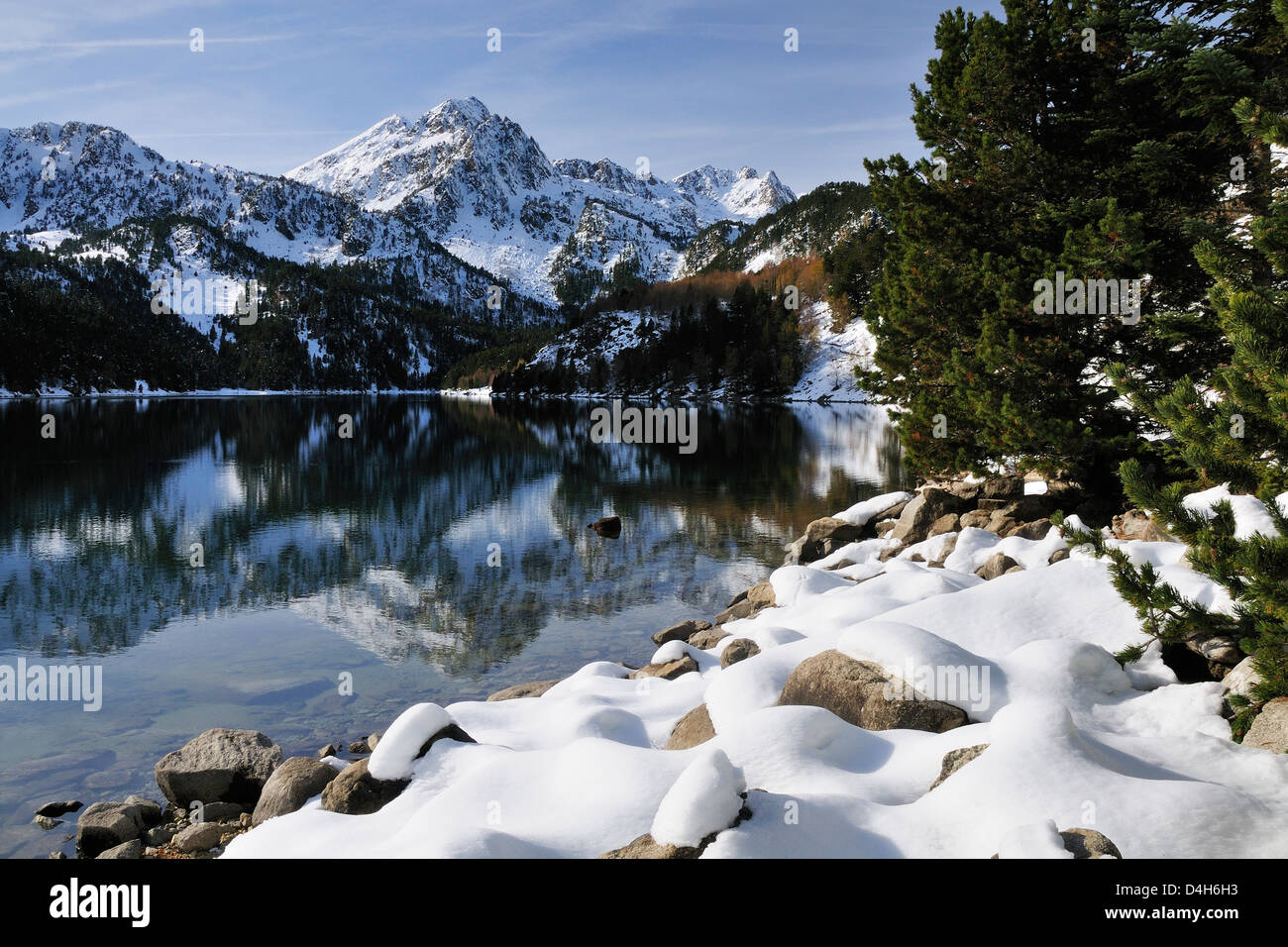 St. Maurici Lake and snowy peaks of Aigues Tortes National Park in winter, Pyrenees, Catalonia, Spain - Stock Image