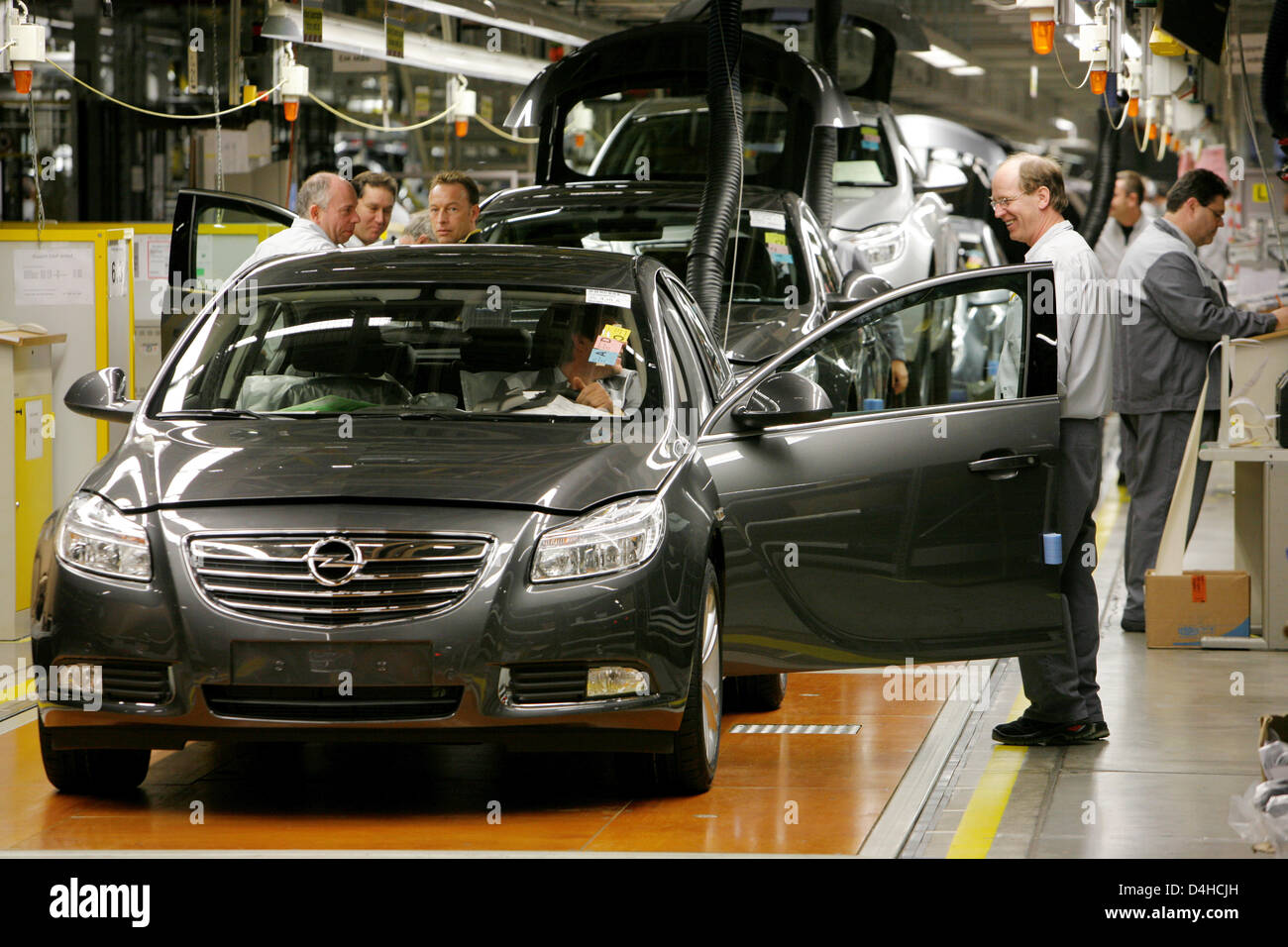 Opel employees work on the company?s new mid-size car Insignia at the plant in Ruesselsheim, Germany, 03 December - Stock Image