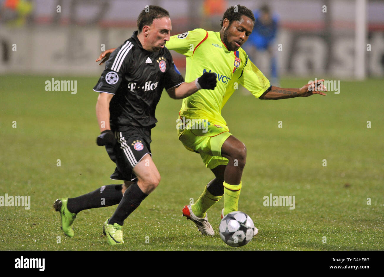 Sidney Govou (R) of Olympique Lyon vies for the ball with Franck Ribery of FC Bayern Munich during the Champions Stock Photo