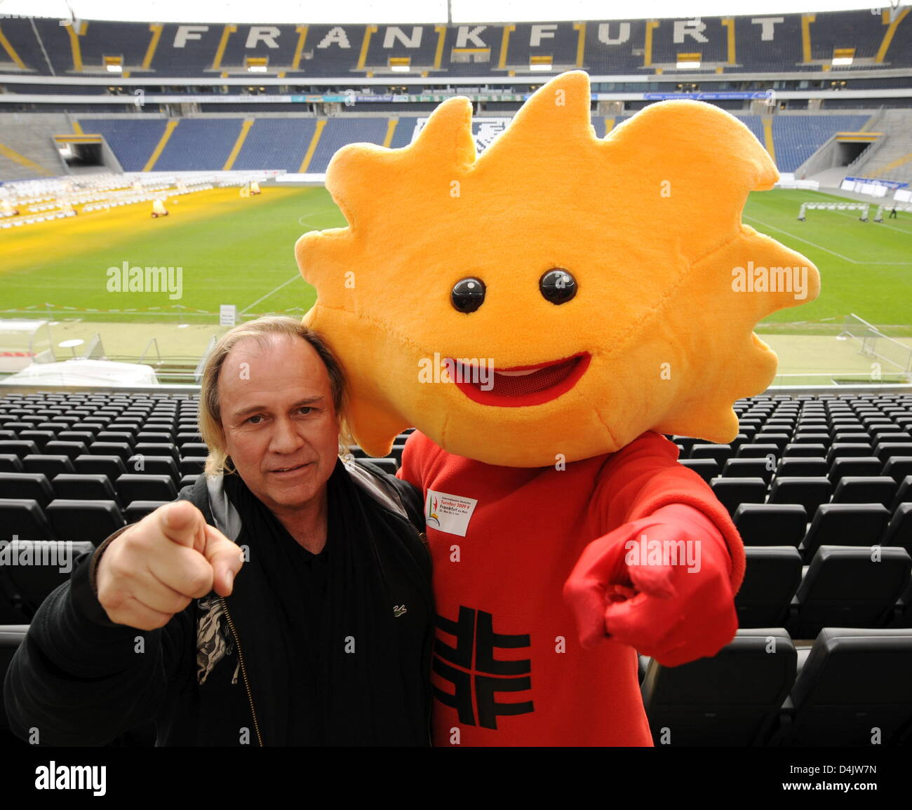 ?Struwwel? (R), the mascot of the International German Gymnastics Festival 2009, and Enno-Ilka Uhde, performance - Stock Image