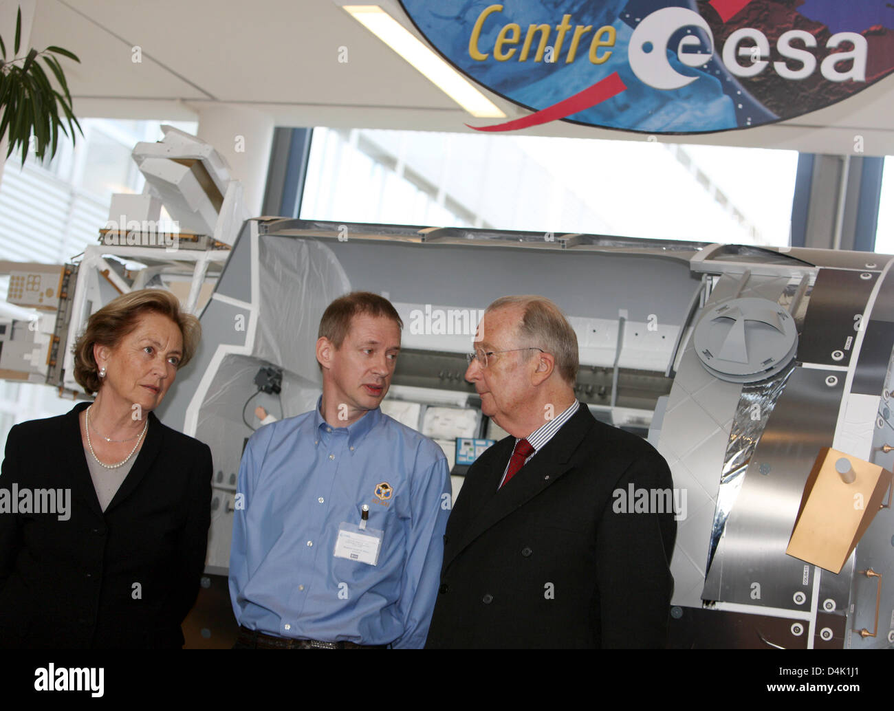 Belgian astronaut Frank De Winne (C) shows Belgian King Albert and Queen Paola the European Astronaut Centre of - Stock Image
