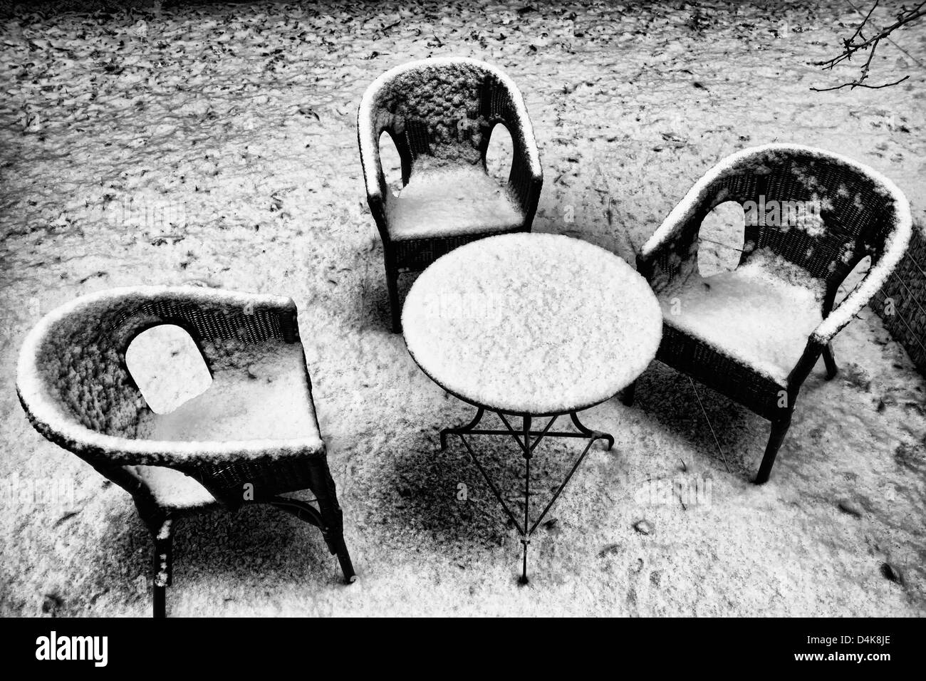 Chairs and table in snowy backyard - Stock Image