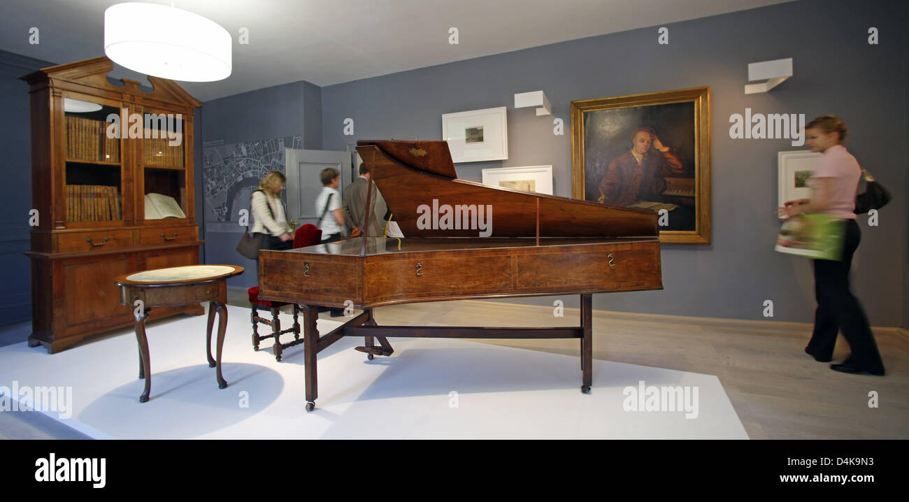 Visitors to the re-opened Handel House walk past furniture and a hapsichord in Halle Saale, Germany, 14 April 2009. - Stock Image
