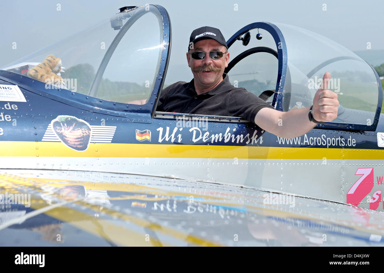 German aerobatics pilot Uli Dembinski poses in the cockpit of his Russian Jakowlew Jak-55 plane ahead of his looping world record at Walldorf air field, Germany, 2 May 2009. 50 year-old Dembinksi wants to break his own record of 222 loopings, now aiming at 333 complete turns for another entry into the ?Guinness-Book of Workd Records?. Photo: RONALAD WITTEK Stock Photo