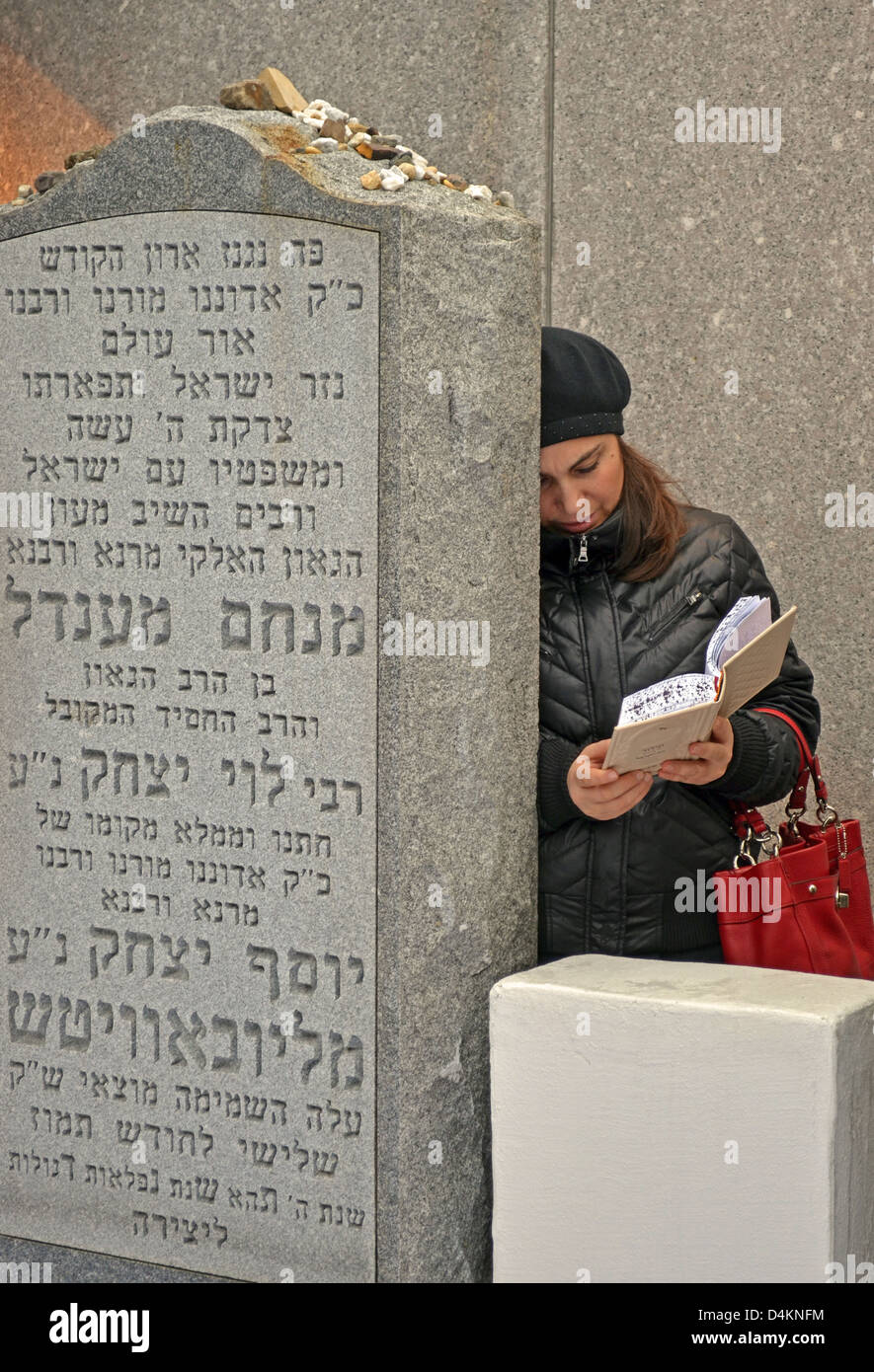 Religious Jewish woman praying at The Ohel, the burial place of the Lubavitcher Rebbe in Cambria Heights, Queens, - Stock Image