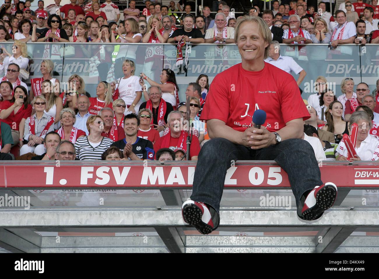 Joern Andersen, Mainz?s head coach, celebrates after the Bundesliga second division soccer match FSV Mainz 05 vs - Stock Image