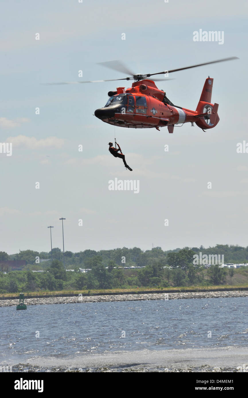 USCG SAR demo during Baltimore's Sailabration - Stock Image