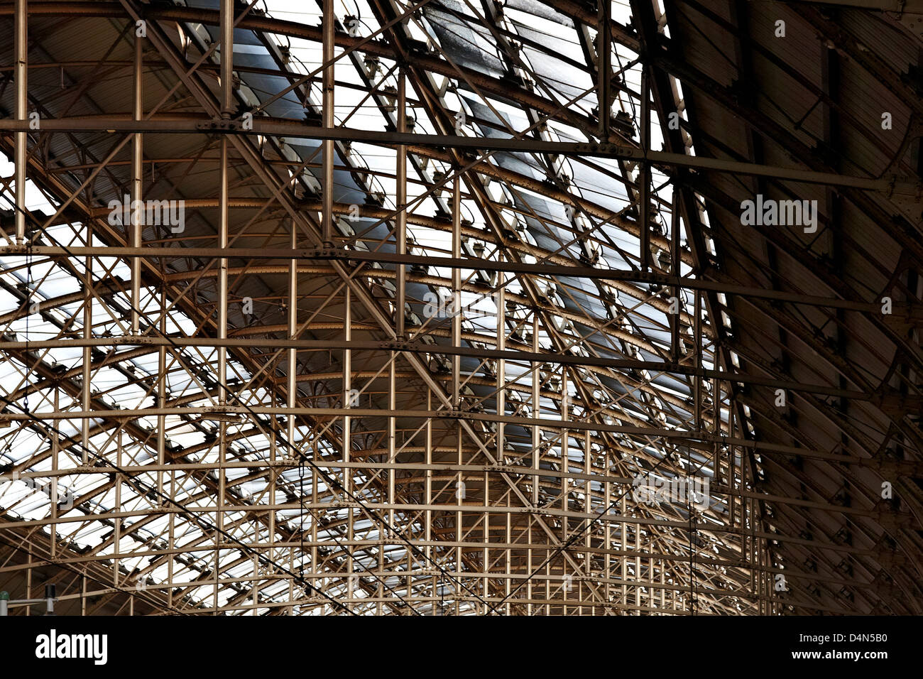 Metal roof structure of Manchester Piccadilly rail station - Stock Image