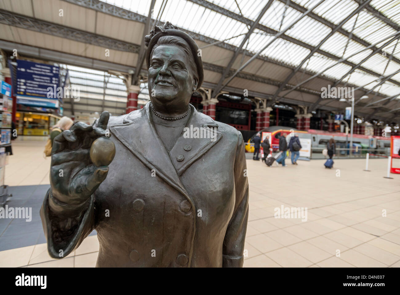 Statue of Bessie Braddock M.P. at Lime street station Liverpool by sculptor Tom Murphy. - Stock Image