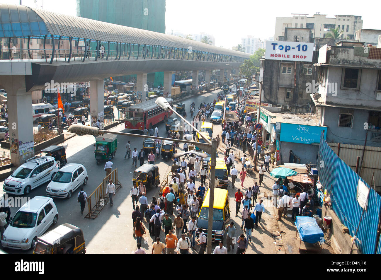 Birds eye view of a busy street in Andheri, Mumbai, India - Stock Image