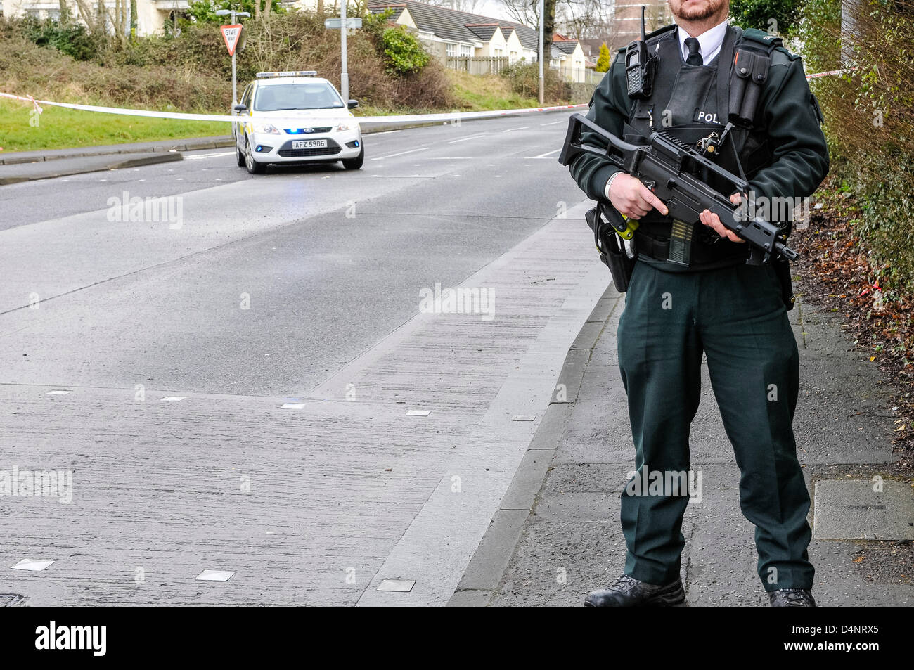 A Police Service of Northern Ireland (PSNI) police officer armed with an Heckler and Koch G36C assault rifle - Stock Image