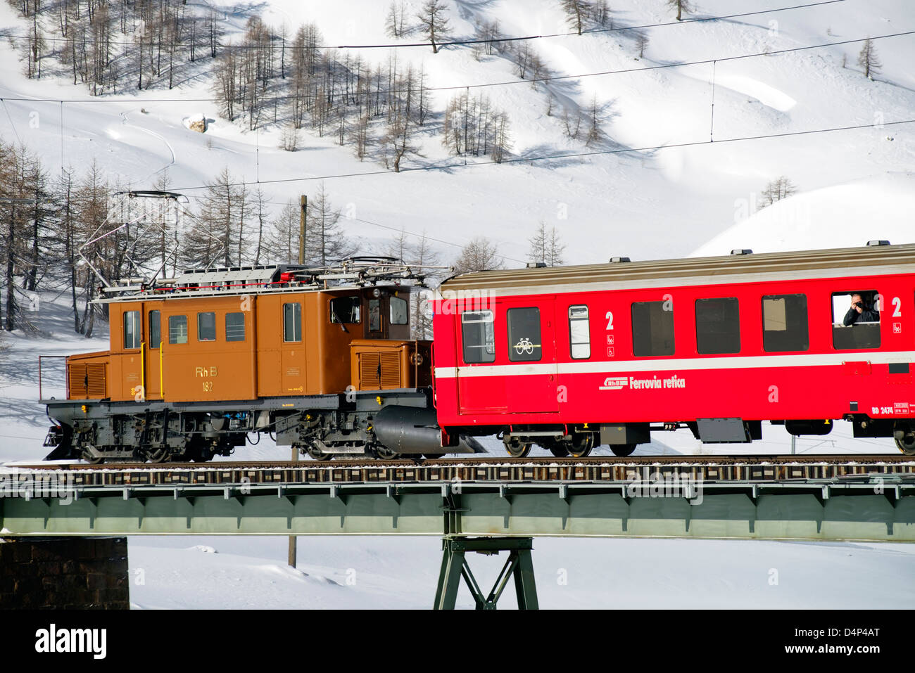 Krokodil Lokomotive der Rhaetischen Bahn am Bernina Pass, Schweiz | Crocodile locomotive, Bernina Pass, Switzerland Stock Photo