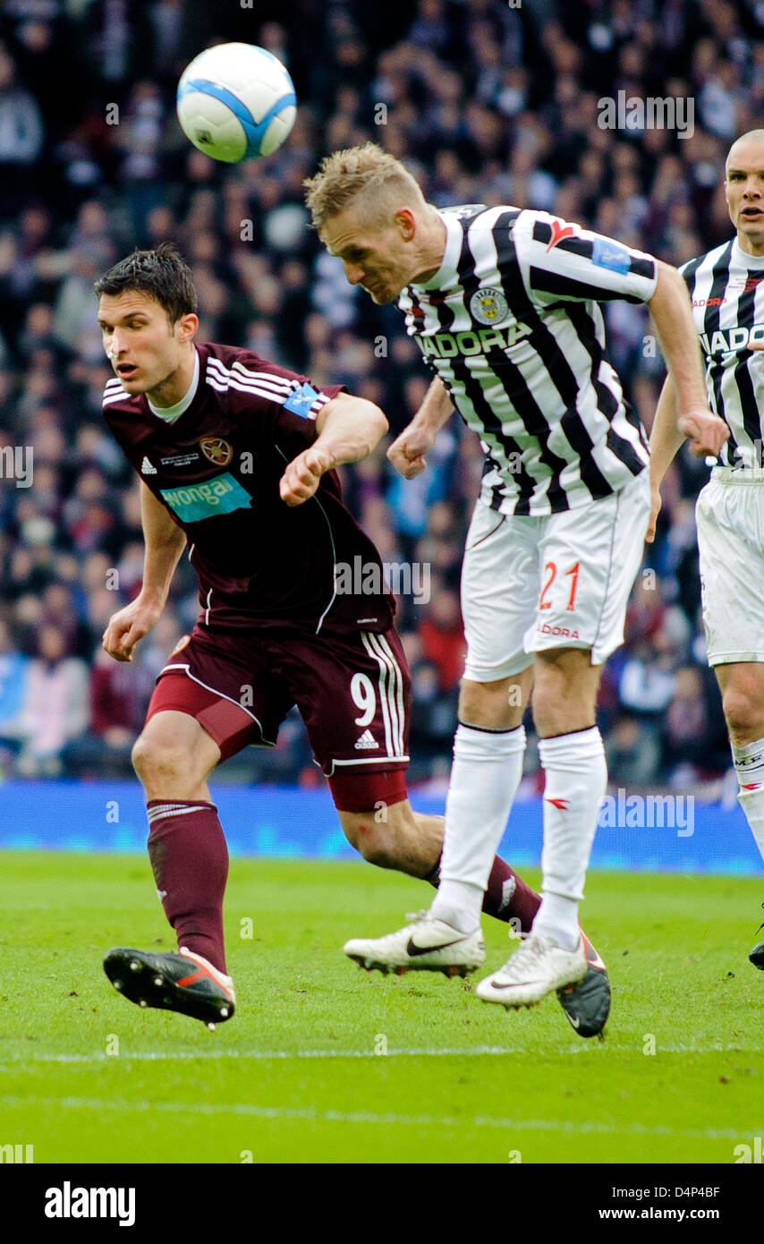 Glasgow, Scotland, UK. Sunday 17th March 2013. Gary Teale (21) heads clears as John Sutton (9) closes in during - Stock Image