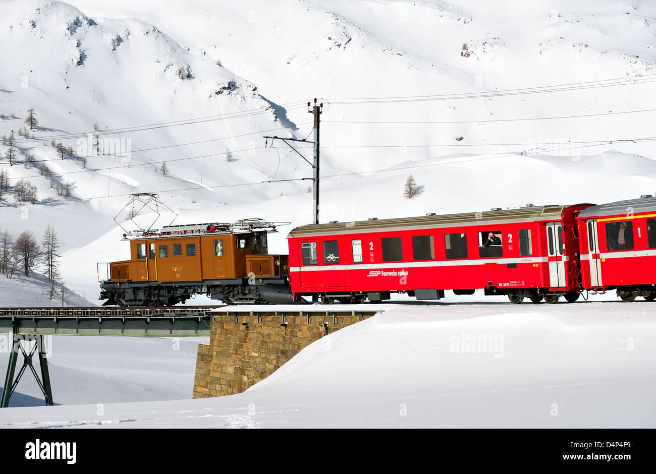 Krokodil Lokomotive der Rhaetischen Bahn am Bernina Pass, Schweiz | Crocodile locomotive, Bernina Pass, Switzerland - Stock Image