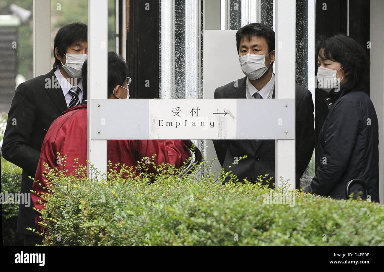 People stand outside the Japanese International School after a swine flu test in Duesseldorf, Germany, 11 June 2009. Stock Photo