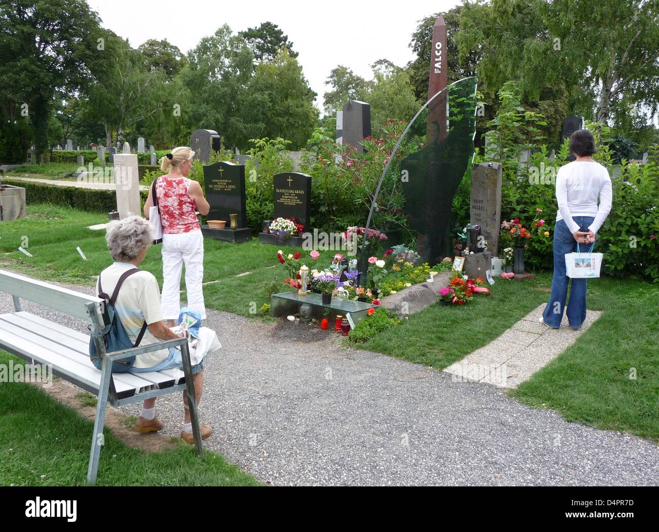 Fans visit the tomb of Austrian pop musician Falco (1957-1998) in Vienna, Austria, 09 August 2009. Falco, born Hans - Stock Image